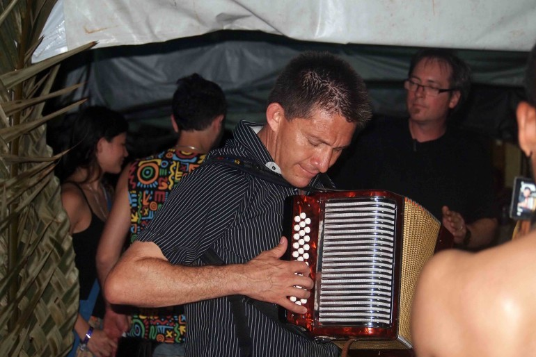 Never tired the Colombian Beto Jamaica: a farewell night cumbia near the hotel pool