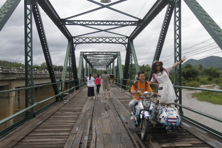Tourists posing at Pai memorial bridge