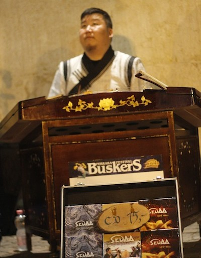 Sedaa performing at the Ferrara Buskers
