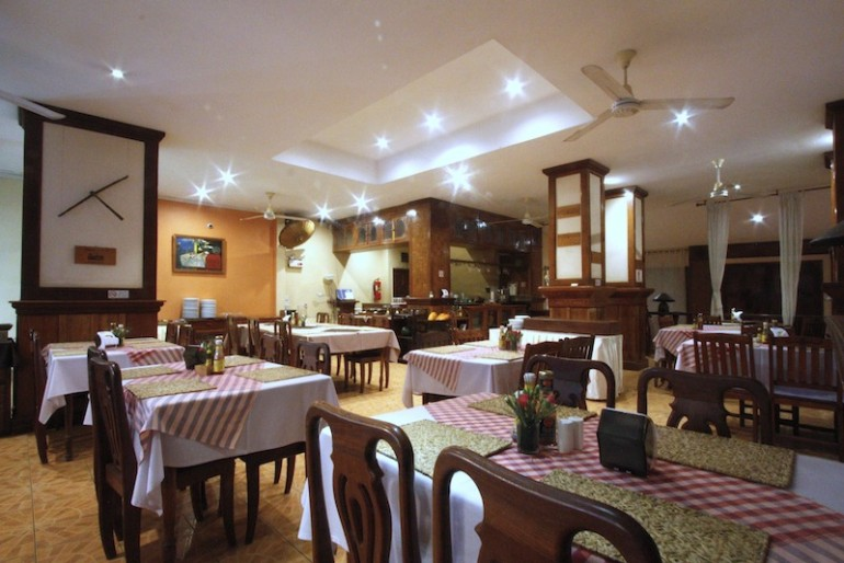 Pakse Hotel restaurant and breakfast area