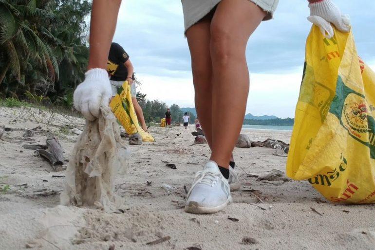 Trash Hero Chumpon collect garbage on the beach