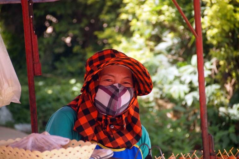 Donna Thai che vende cibi lungo la strada