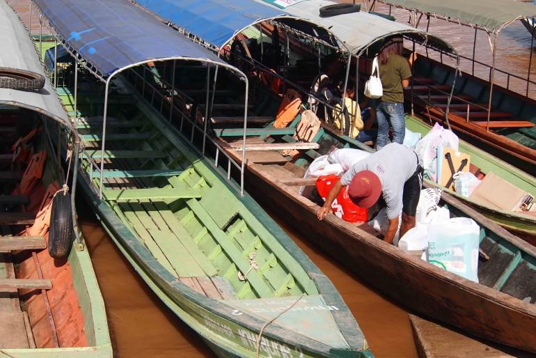 Fiume Mekong, barche in attesa di traghettare persone e piccole merci verso il Laos