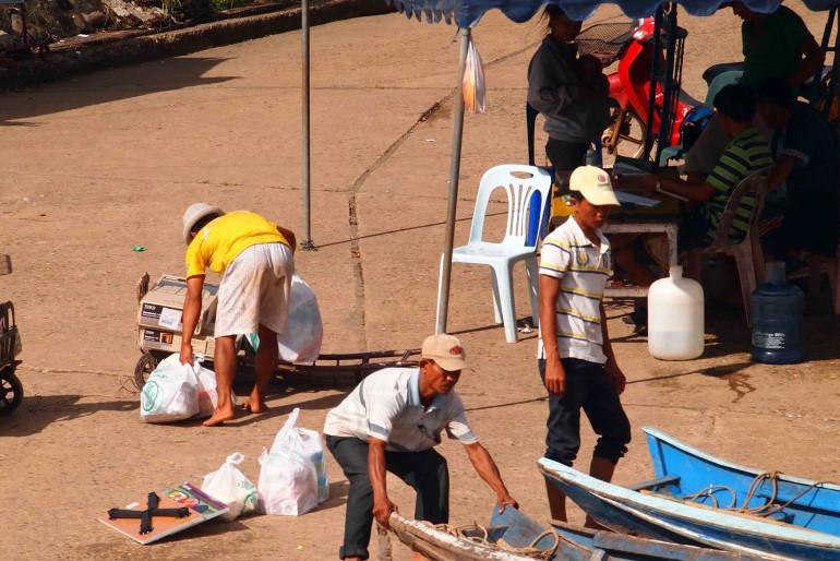 Barcaioli sulla costa del Laos