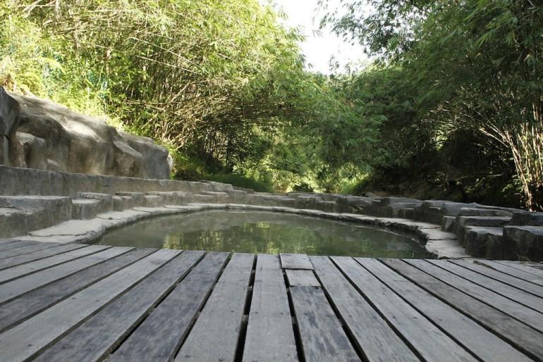 la piattaforma al lato della sorgente principale