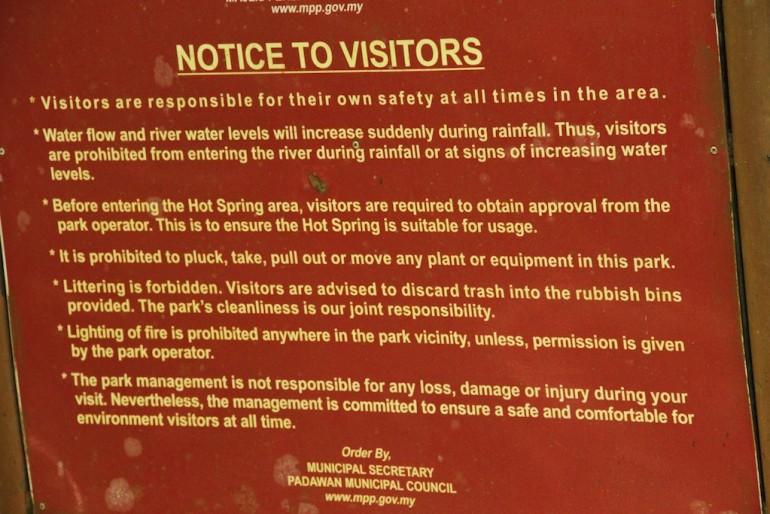 cartello con avvertenze