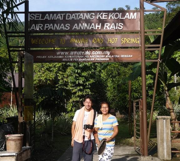 All'entrata dell sorgenti calde di Annah Rais con la mia cicerona Miss Karum