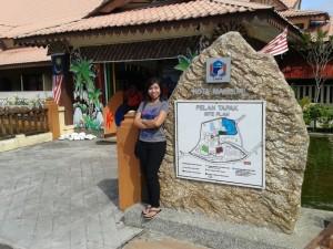 Cato at the Makan Mahsuri entrance