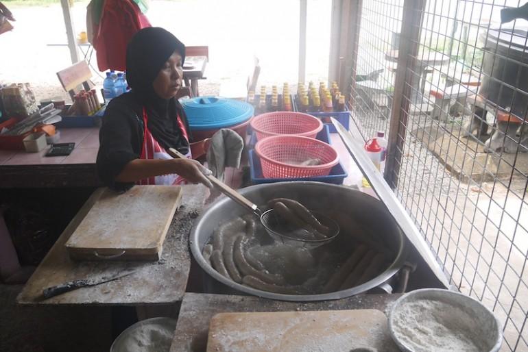 Aunty cooking keropok lekor