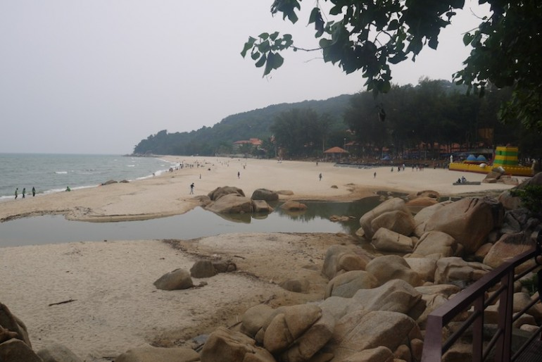 Teluk Cempedak beach rocks
