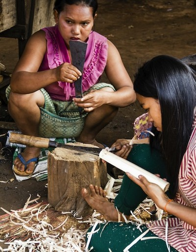 Women producing the shafts and handles for the machetes at the blacksmith village