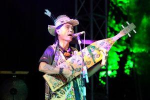 Mathew Ngau Jau and his sape