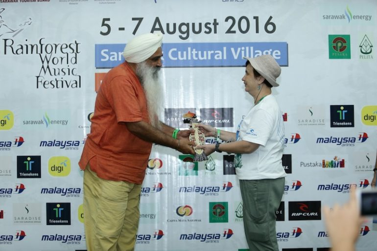 Dya Singh receiving a memento at the Rainforest World Music Festival