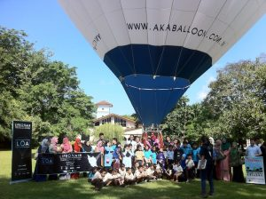 Students getting ready for group photo with the balloon