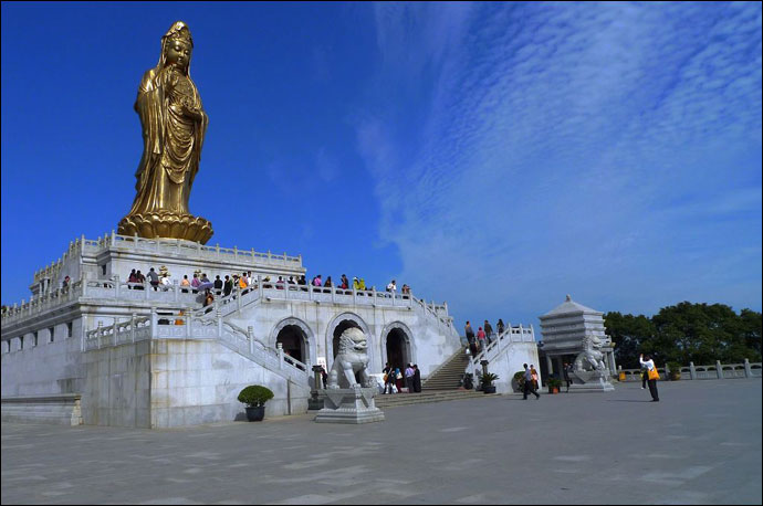 Majestic staute of Khuan Ying