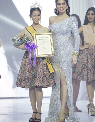 Miss Viral by Nur Sajat winner receiving her prize from Nur Sajat Aesthetics.