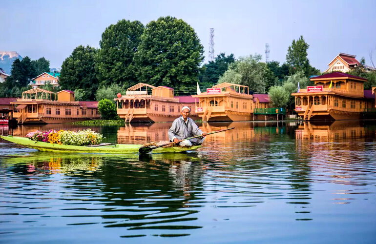 Enjoy taking a romantic boat ride in the best houseboats in the glimmering Dal lake is incomparable